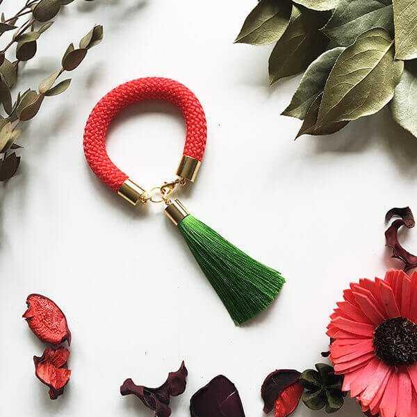 Браслет с кисточкой красно-зеленый