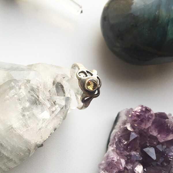 Кольцо с золотым топазом
