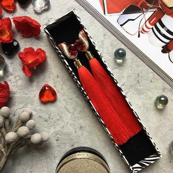 Дизайнерские серьги-кисти красного цвета